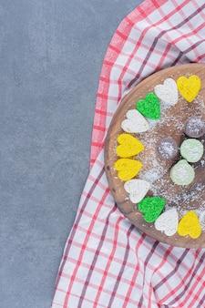 대리석 배경에 보드에 비스킷과 쿠키.
