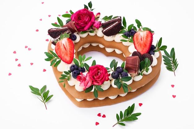 비스킷 케이크-크림과 과일이 들어간 하트 모양의 케이크. 발렌타인 데이 디저트.