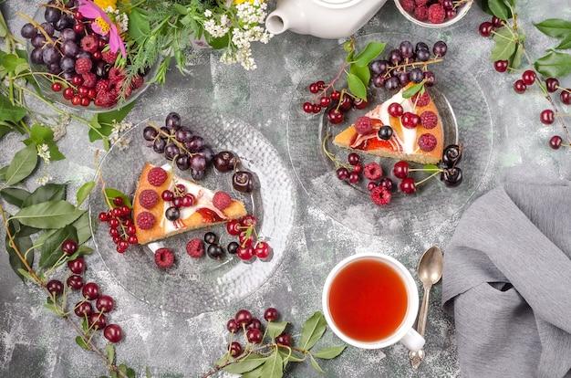灰色の背景上の夏の果実とビスケットケーキ