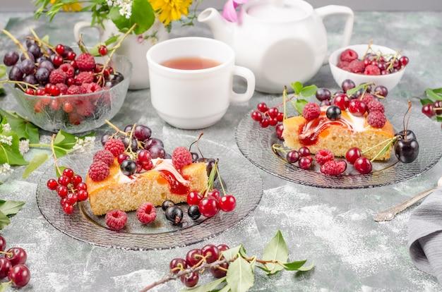 夏のベリー、側面図とビスケットケーキ
