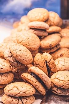チョコレート層のクローズアップとビスケットクッキー