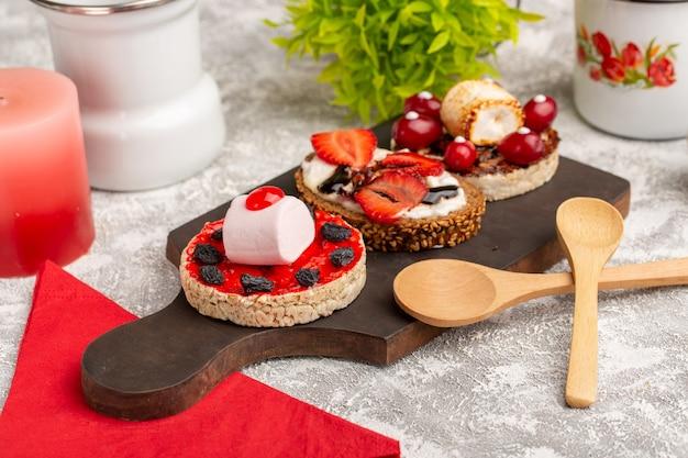 Biscotto e biscotti con frutta su grigio