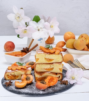 Biscuit pie with apricots and fresh fruit