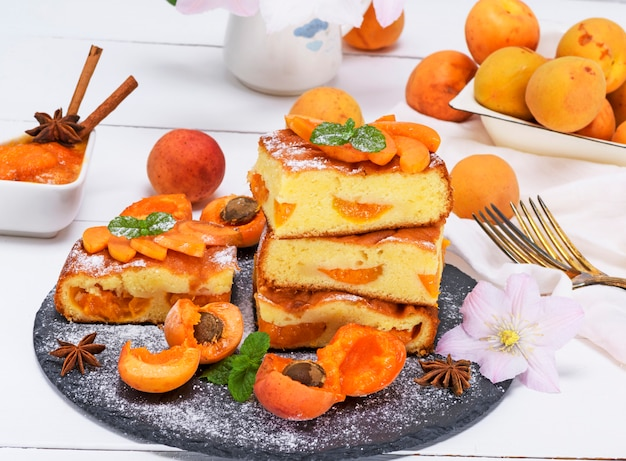 Biscuit pie with apricots