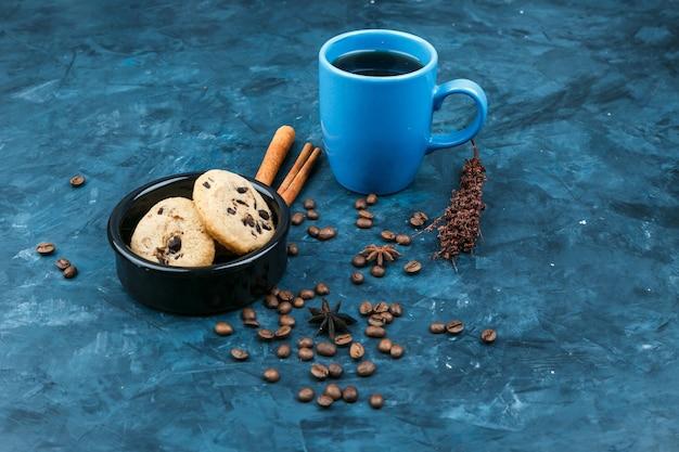 紺色の背景にビスケットとコーヒーカップ