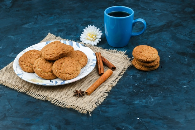 Печенье и чашка кофе на синем фоне