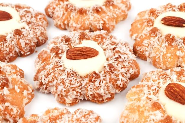 Печенье в форме цветка на белом фоне