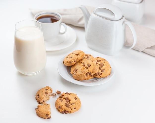 プレートコーヒーとミルクのビスケット