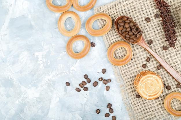 Biscotti con chicchi di caffè su sfondo grungy