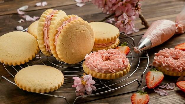 Печенье со сливками и цветами
