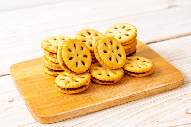 Печенье с ананасовым джемом на деревянном фоне