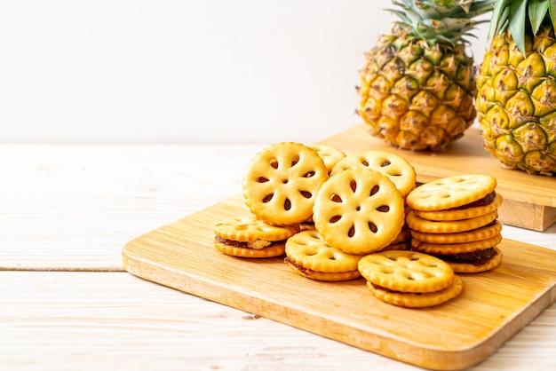 木製のテーブルにパイナップルジャムとビスケット