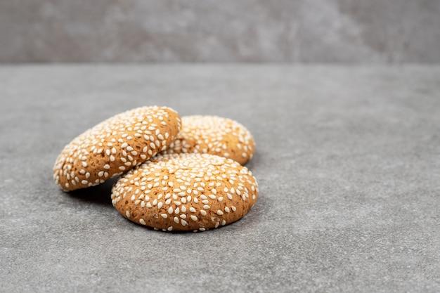 Печенье с кунжутом на мраморной поверхности