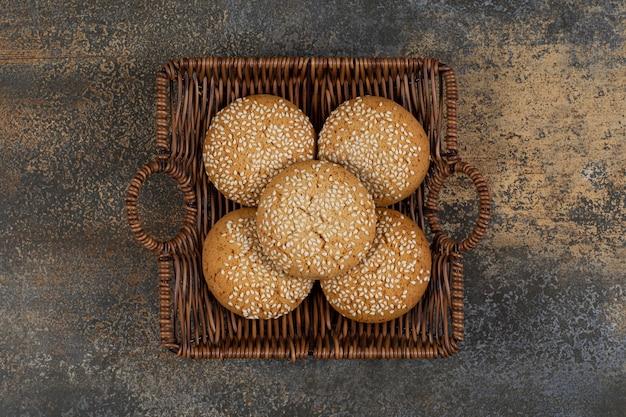 Biscotti con semi di sesamo nel cesto di legno.