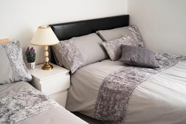 ビショップ、オークランド、イギリス2021年7月27日。ホテルの部屋に豪華なダブルベッド。ベッドにタオルが付いた灰色のベッドルーム、すぐにチェックインできます。屋内の家のデザイン