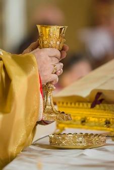 Епископ во время причастия