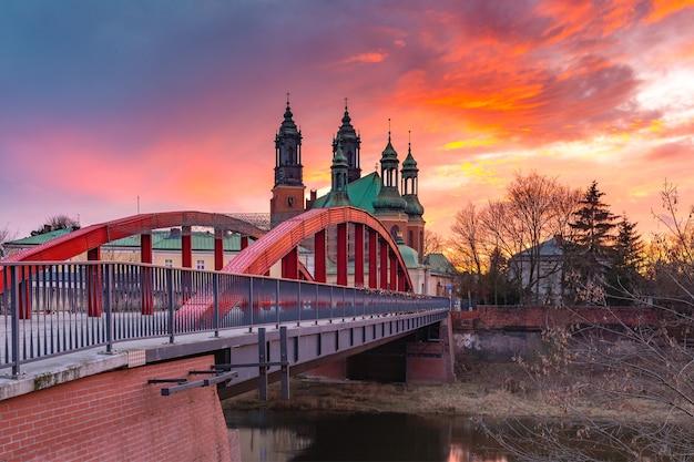 ポーランド、ポズナンのゴージャスな夕日に架かるシビナ川とポズナン大聖堂に架かるヨルダン橋司教。