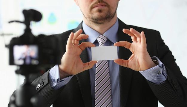 Bisnessman держит визитку в руке