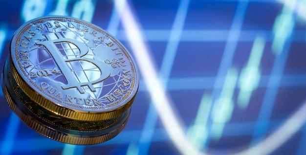 Биткойн, новая концепция виртуальных денег, графики и цифрового фона. золотая монета с изображением буквы б. майнинг или технология блокчейн, крупный план