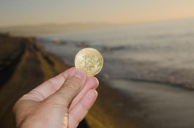 Биткойн ada токен монета цифровая криптовалюта монета мужчина держит рукой