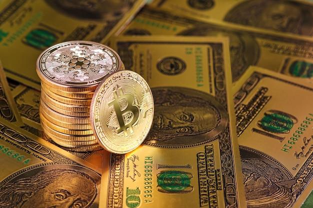 100ドル札とコピースペースを備えたビットコインとカルダノの暗号通貨