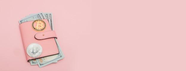 Bitcoin 및 복사 공간와 분홍색 배경에 분홍색 지갑에 달러.