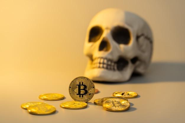 ビットコインと頭蓋骨がビジネス財務コンセプトのモックアップ