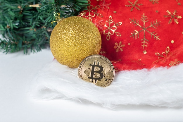 크리스마스 장식이있는 비트 코인 btc 암호 화폐.