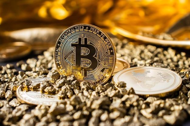금색 배경에 클로즈업된 비트코인 동전, 금 자갈의 암호화폐