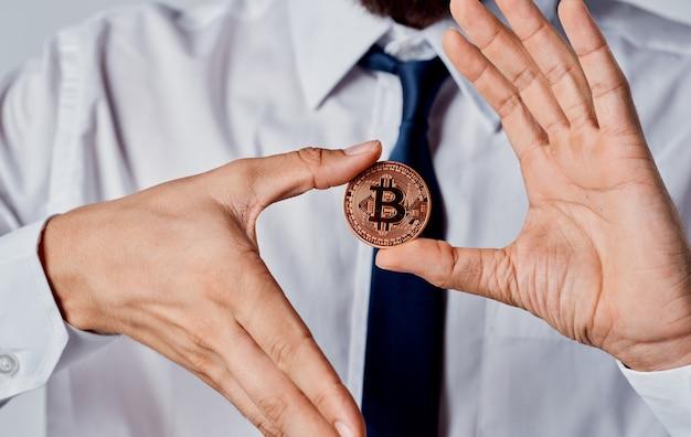 ビジネスマンの手にあるビットコインコインは、暗号通貨を通貨化することに成功しました。
