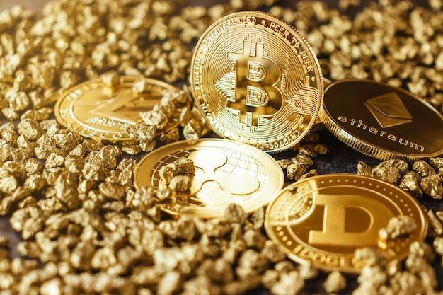 다른 암호 화폐 동전 중에서 금 슬라이드에 bitcoin 동전 클로즈업