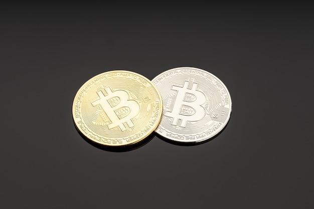 Монета биткойн на темной поверхности. деньги блокчейна криптовалюты
