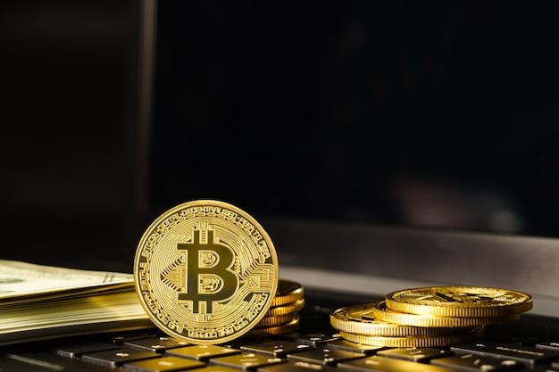 Монета биткойн на клавиатуре компьютера. биткойн криптовалюта монета с рыночной ценой торговой биржи