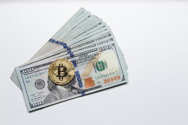 Монета биткойн поверх долларовых купюр. концепция новой мировой цифровой валюты