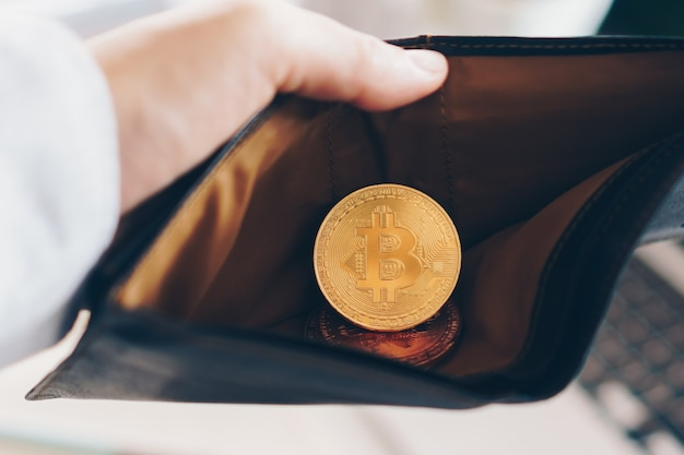 Cryptocurrency 디지털 돈의 bitcoin 동전 상징. 가죽 지갑에 미래를위한 돈. 가치 저장 또는 비트 코인 저축.