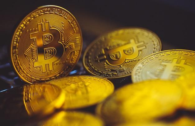 Биткойн монеты на клавиатуре ноутбука. криптовалюта.