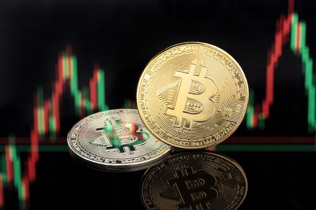 Монеты bitcoin на поверхности биржевой диаграммы. деньги блокчейна криптовалюты. копировать пространство