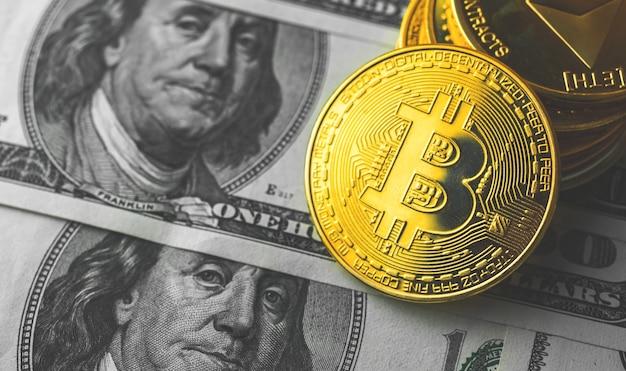 Биткойн криптовалюта против долларовых купюр крупным планом бизнес фон фото