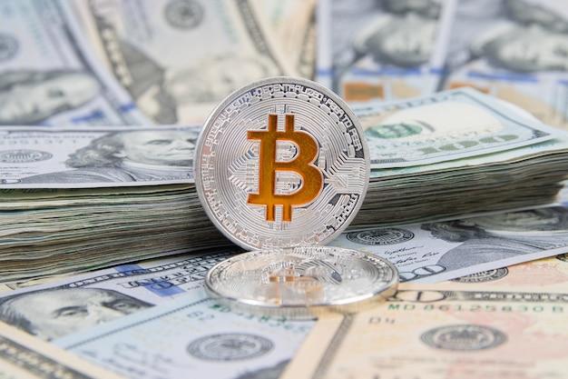 Монеты криптовалюты биткойн на банкнотах доллара сша