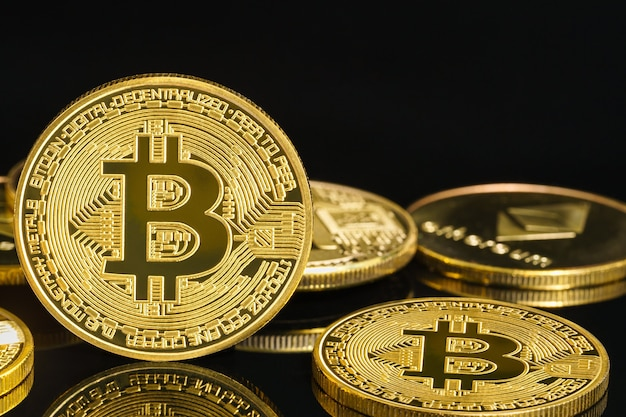 Биткойн криптовалюта цифровая битовая монета концепция валюты btc, золотые монеты с символом биткойна на черном фоне