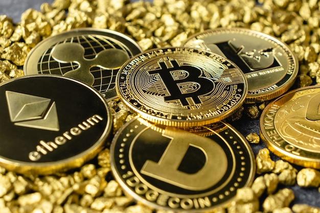 클로즈업에서 금 더미에 있는 bitcoin 암호 화폐