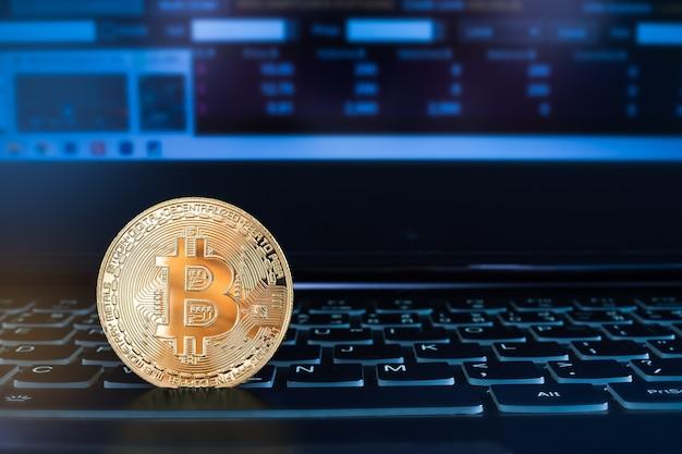 Криптовалюта биткойн на клавиатуре портативного компьютера. технологии планирования заработать деньги, вложить деньги и сэкономить деньги на будущее к 2022 году. финансы и бизнес