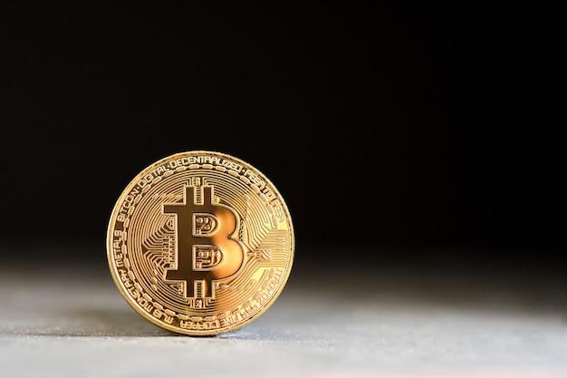 검정색 배경 및 복사 공간이 있는 bitcoin 암호 화폐