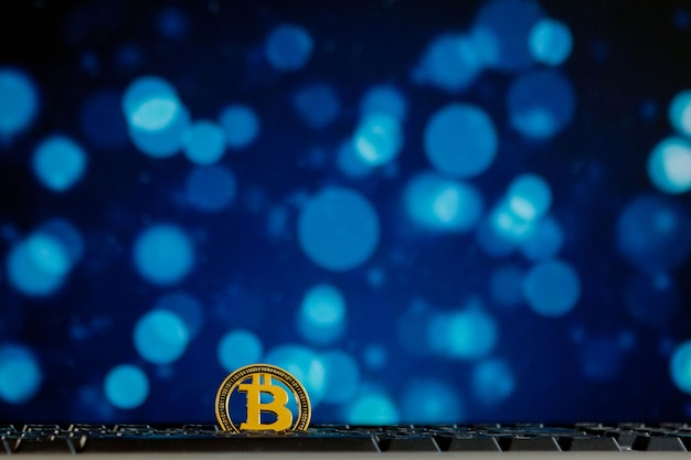 Валюта bitcoin на клавиатуре компьютера на фоне бокэ. концепция виртуальной криптовалюты.