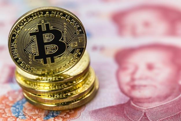 Биткойн, децентрализованная криптовалюта, на банкнотах юаня