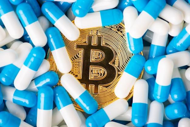 多数の薬のカプセルに溺れるビットコイン