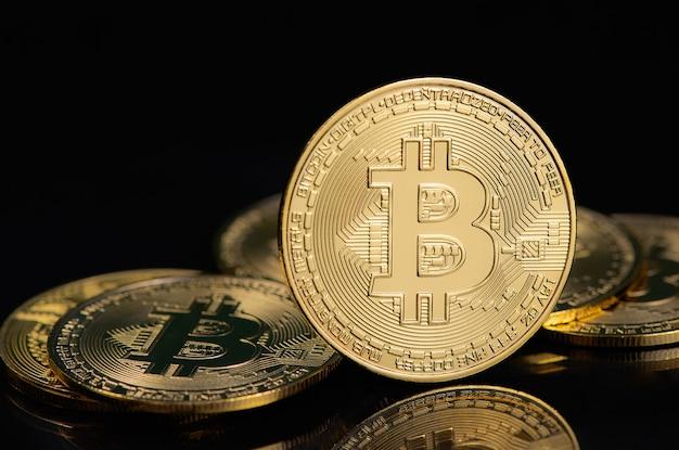 Электронная криптовалюта bitcoin на черном фоне.