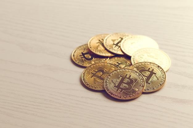 Золотая монета биткойн. концепция криптовалюты. фон виртуальной валюты.