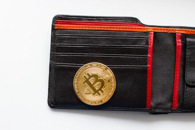가죽 지갑에있는 비트 코인 금화. 가상 암호 화폐.