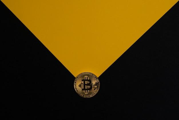 テキストと黄色の光線の暗号通貨とcのコピースペースを備えた黒いバナー上のビットコインゴールドコイン...